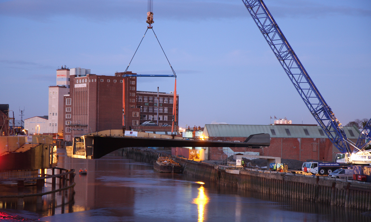 Scale Lane Bridge spine being lifted into place across the River Hull | Hull